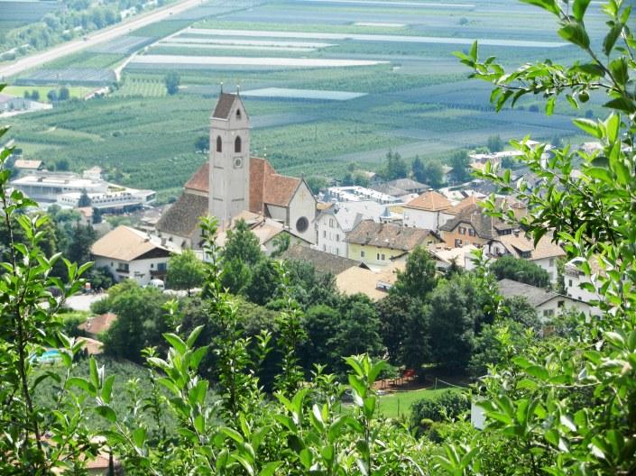 Blick auf die Marlinger Kirche mit dem Zentrum des Dorfes
